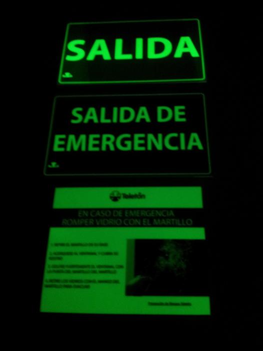 Autoadhesivo fotoluminiscente para emergencias