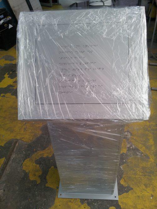 braille en acrilico pedestal