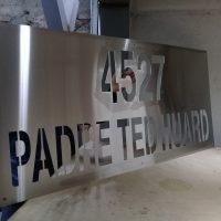 corte laser acero inoxidable numeración oficinas