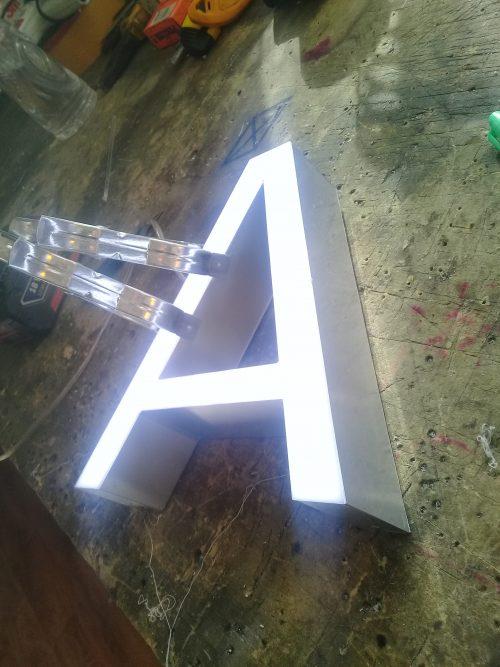 Letras volumetricas borde aluminio frente acrilico led interior
