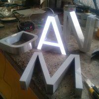 letras borde aluminio frente acrilico iluminación led hacia el frente