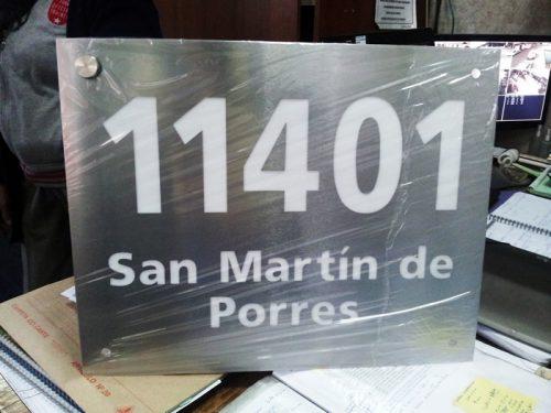 placa acero números y nombre calle calado con acrilico interior