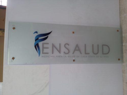 placa acrilico fondo empavonado logotipo y texto troquelado