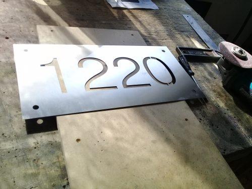 placa acero inoxidable números calados laser