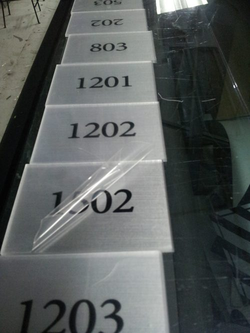 senaletica autoadhesivo interior mas fondo plata metalizado