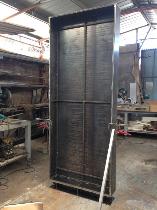 totem metalico en fabricación 1