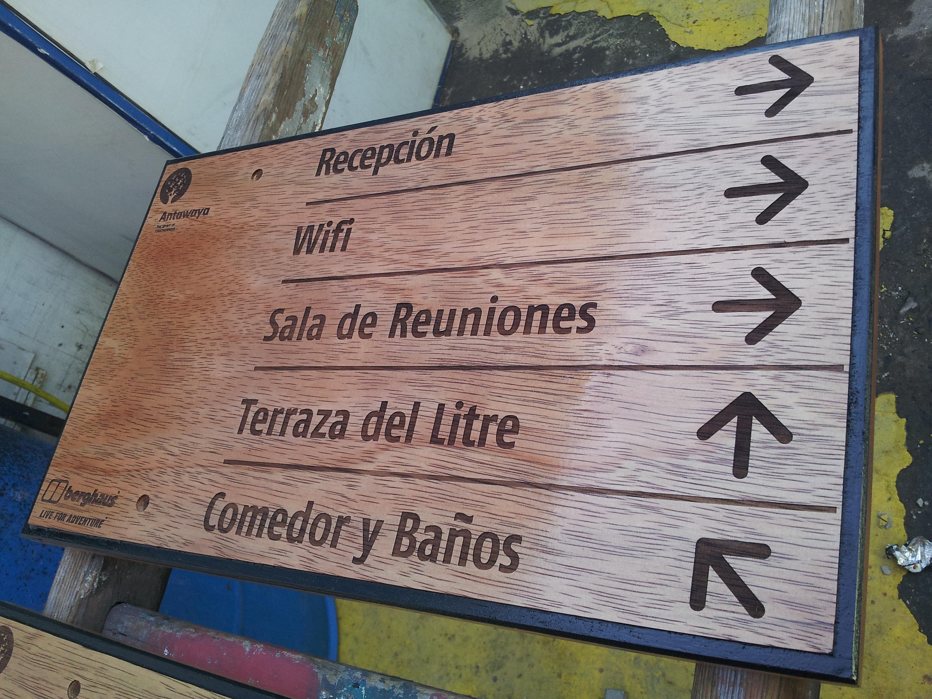 Letreros en madera nativa grabados tallados